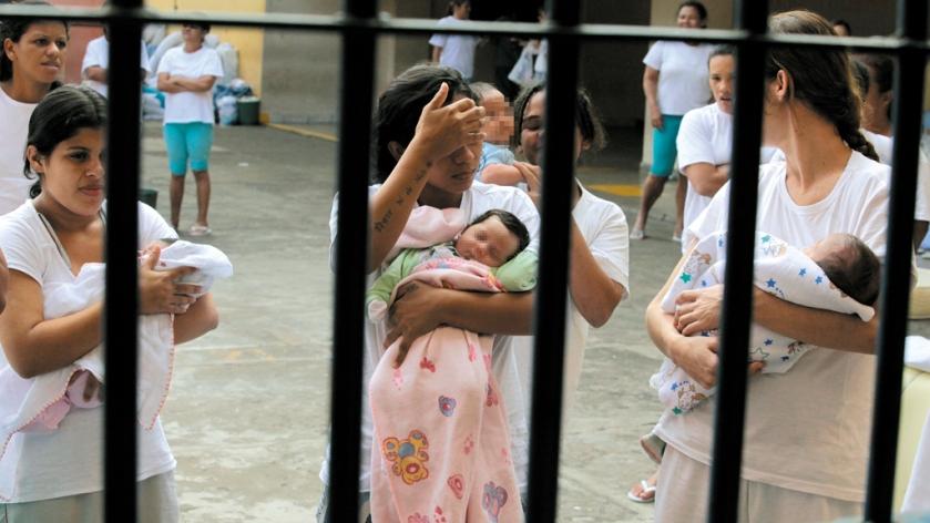 Mães e filhos atrás das grades